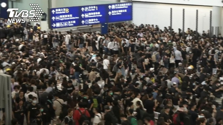 香港反送中「萬人接機」,要求惡警「以眼還眼」,癱瘓機場。 【觀點】香港不斷升高的對抗  緣何北京統戰策略失效