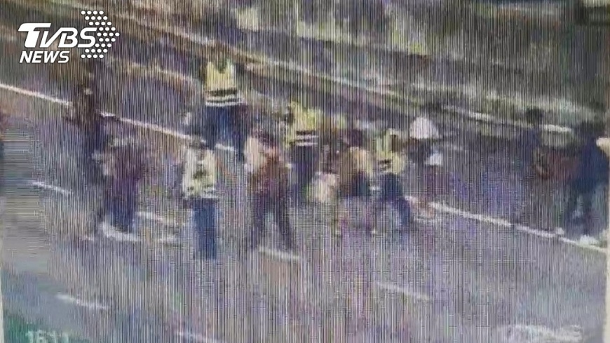 警方協助疏散學生。圖/TVBS 快訊/國道中壢段校車貨櫃車事故 20人受傷