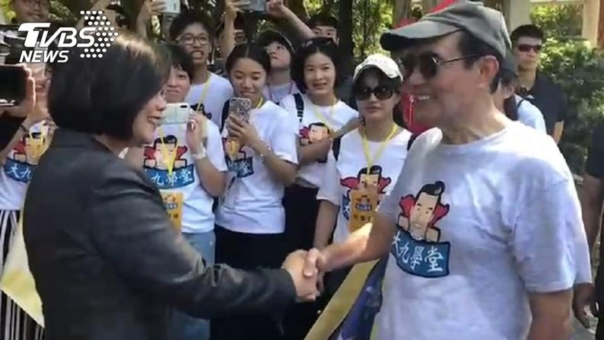 蔡英文與馬英九在金門「巧遇」,兩人握手寒喧。圖/TVBS    沒錯開! 蔡英文與馬英九在金門「巧遇」