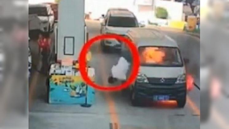 圖/翻攝自  zhou史蒂芬 YouTube 驚險2秒鐘!陸廂型車突起火 駕駛跳車逃生