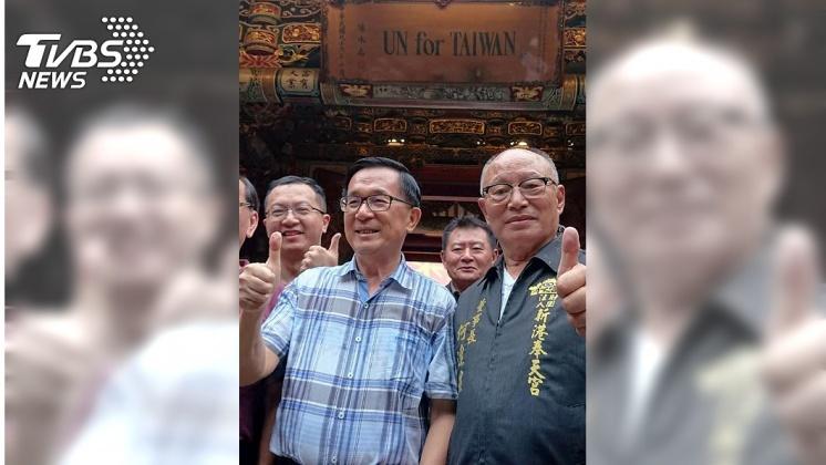 圖/中央社 陳水扁簽書兼參拜 感謝媽祖為台灣入聯努力