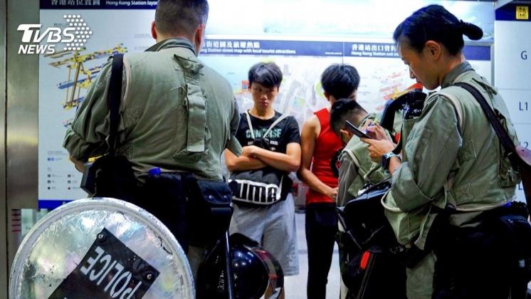 圖/達志影像美聯社 示威者集結多港鐵站 沙田站商場警民大打出手