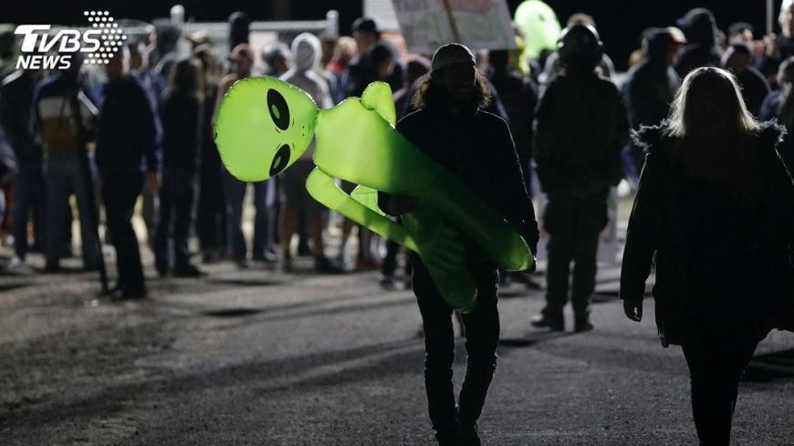 圖/達志影像美聯社 網友號召「硬闖51區」 近3000人響應朝聖