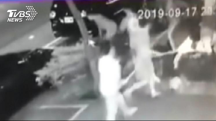 圖/TVBS 新事證曝光!不只砸寵物店 10多人打1人