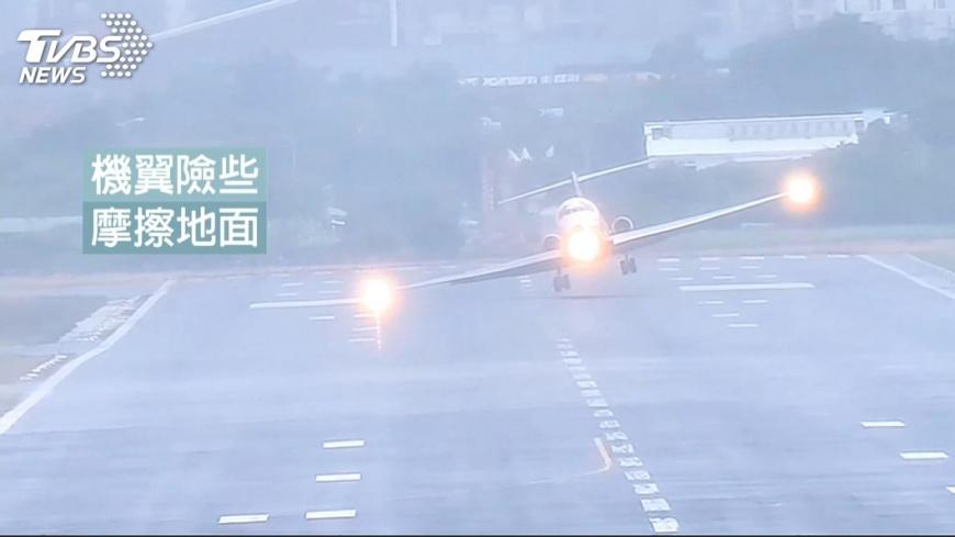 圖/TVBS 嚇!客機遭吹偏搖晃險磨地 直擊驚險瞬間