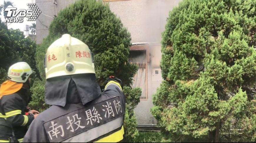 圖/TVBS 消防員防火衣內襯破洞 褲管棉絮外露