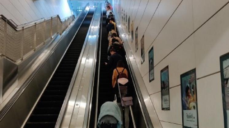 圖/翻攝自 钢炮同学啊 微博 日電扶梯關東靠左、關西靠右 觀光客困惑