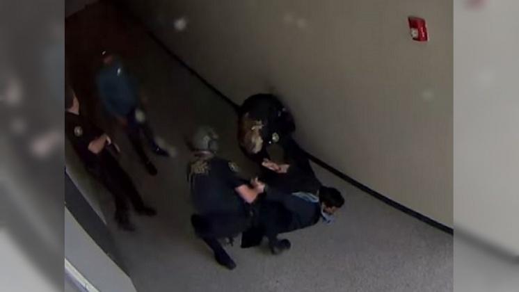 圖/翻攝自News 4 Tucson KVOA-TV YouTube 一個擁抱化解校園槍擊 暖男教練成英雄