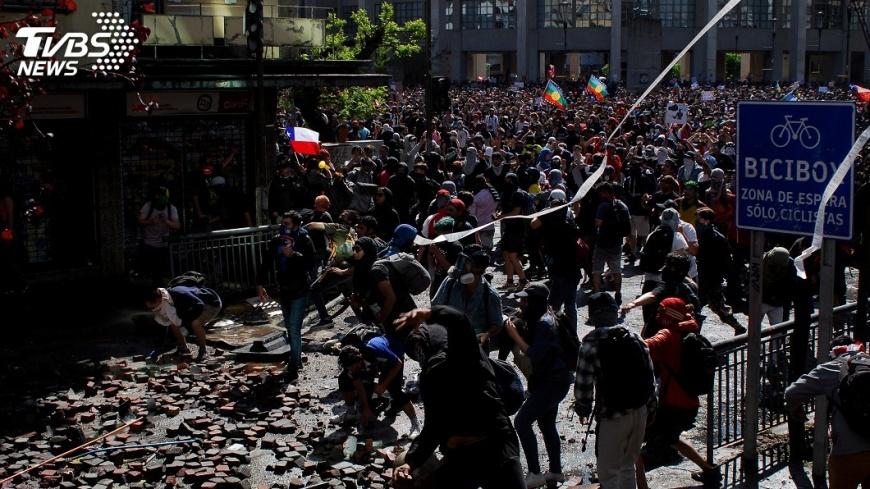 因首都大規模示威行動仍未停歇,智利總統皮涅拉宣布取消主辦11月APEC及12月聯合國氣候峰會。圖/TVBS資料照片 大規模示威行動未歇 智利取消主辦APEC及氣候峰會