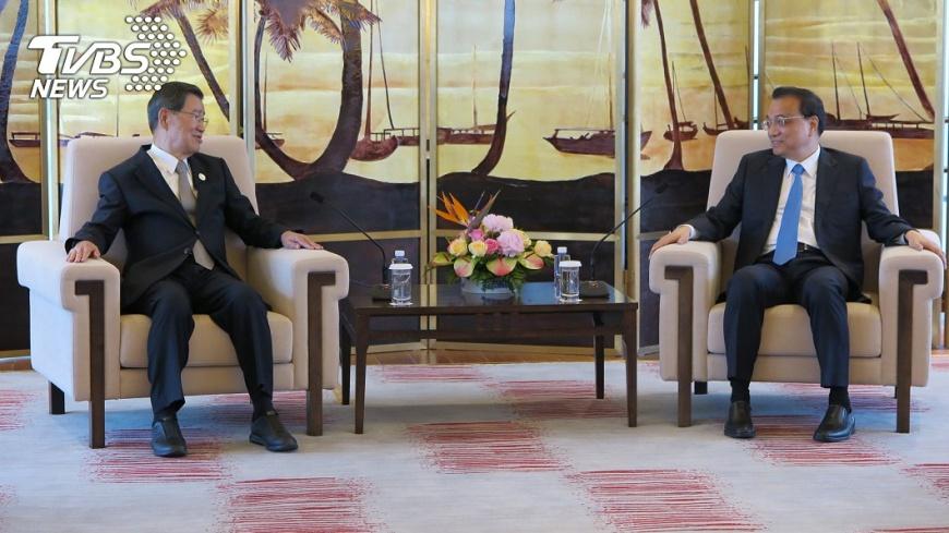 2018年中國國務院總理李克強(右)和前副總統、兩岸共同市場基金會榮譽董事長蕭萬長(左)27日傍晚在博鰲亞洲論壇會面。李克強說,會繼續推出對台的新措施。圖/中央社 【觀點】以中國大戰略為主體的對台「26條措施」