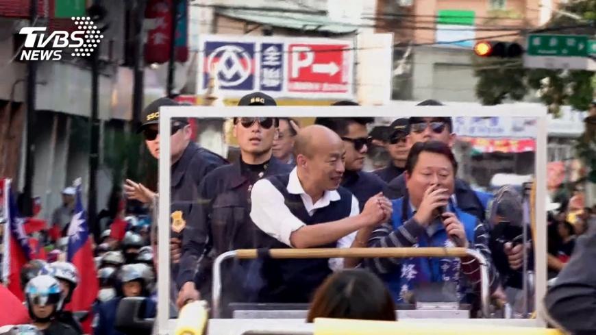 國民黨總統候選人韓國瑜5日下午「返鄉」,到中和催票,民眾熱情迎接。圖/TVBS 【觀點】風向變了 台灣要變天了