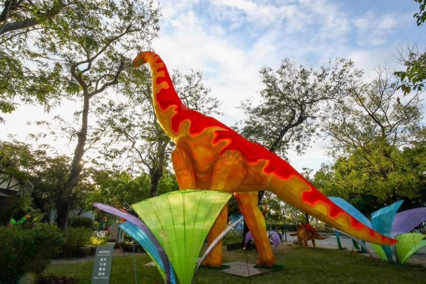 2020台灣燈會打造「動物狂歡嘉年華燈區」,高達15米的恐龍佇立台 15米恐龍現身2020台灣燈會