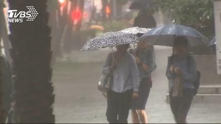 濕冷掉10°C!東北風報到雨狂襲 下週恐有颱風逼台