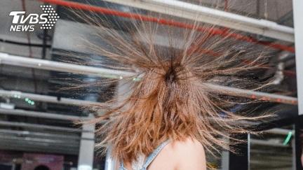 女吃消夜頭髮倏然「起立」 學者:危險恐致命