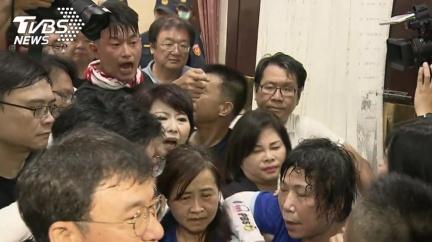 陳菊今赴立院審查!藍綠甲動衝突 費鴻泰手傷濺血