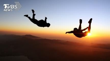 跳傘慶祝畢業!18歲女急速墜地成碎屍 爸媽目睹淚崩