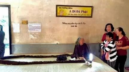 頭髮長6公尺宛蟒蛇 83歲嬤「64年沒剪髮洗頭」
