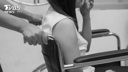 慘淪玩物…半癱女插尿管包尿布 無力反抗遭志工侵犯