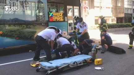 賓士違停開車門 女騎士遭擊落捲公車底亡