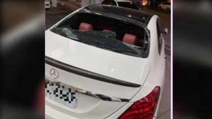 「加300」賓士爆遭砸車!後窗全毀照瘋傳 警回應了