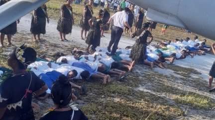 吉里巴斯30孩童當「人肉地毯」迎接 讓陸大使下機踩踏