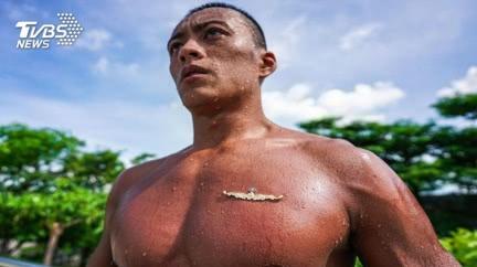 超殺「救難蛙人」! 硬派海軍水下作業大隊胸章釘胸肌
