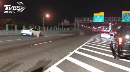 離奇!客運「上廁所誤開安全門」 女國道墜落遭輾斃