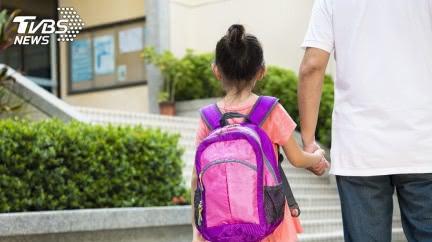 天兵爸送兒上學「跑錯三間」才找對 媽傻眼:都快放學了