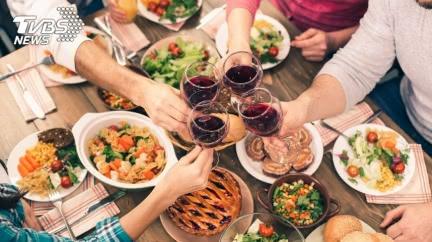 女友邀來家裡吃飯…大膽男點整桌菜 母超霸氣神回網笑翻