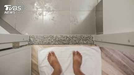 突然浴室暈倒疑「迷走神經性」昏厥 醫:2習慣可避免