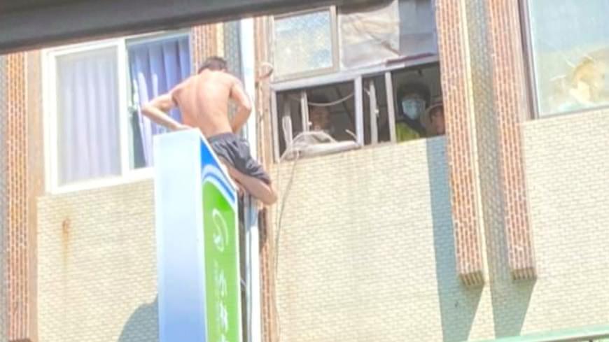 男爬3樓外牆「持刀破窗」 跨坐招牌僵持1小時