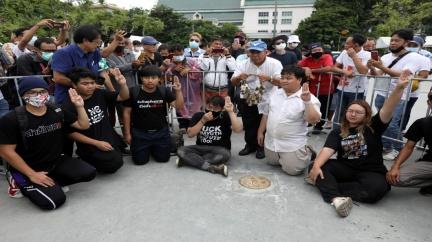 比反權威三指!數萬泰人 連兩日上街頭