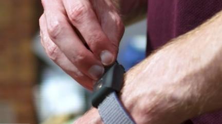 穿戴裝置震動導航 視障跑者挑戰馬拉松
