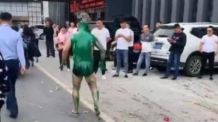 新郎被惡整扒光只剩內褲 被親友關鐵籠砸蛋潑漆大街示眾