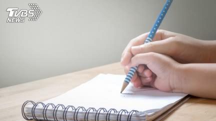 教兒寫作業…講半天仍聽不懂!父當場氣到心肌梗塞