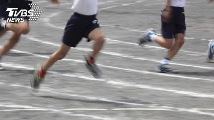 男大生跑完「400公尺」倒地亡 父崩潰掛布條求真相
