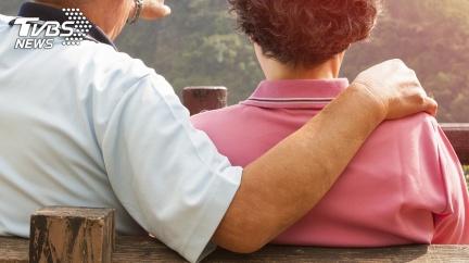 婆婆、老父相繼過世 媳驚見「公公求愛母」嚇傻求救