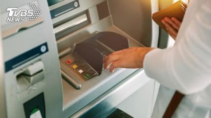 狂換4台ATM遭拉角落 人夫「尷尬吐實情」行員秒道歉