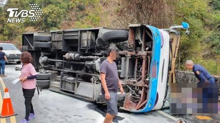 南投奧萬大巴士翻覆 1命危20人受傷待援