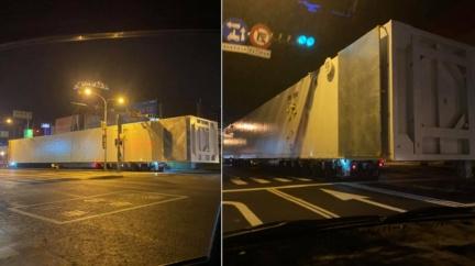 全長破50公尺!台南驚現「神秘白貨櫃」上路 眾人看傻