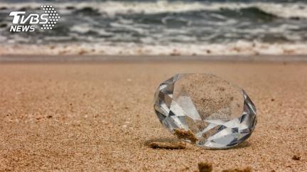 沙灘突現「海量黃金珠寶」 漁民爽淘金:上帝的旨意