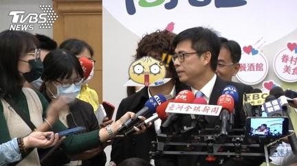 陳其邁被問蘇偉碩事件 「爆炸頭男突擋麥」身分曝網氣炸