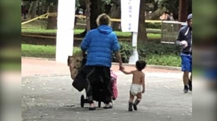 2歲童「只穿尿布逛街」喊:好冷 男遞衣遭父拒