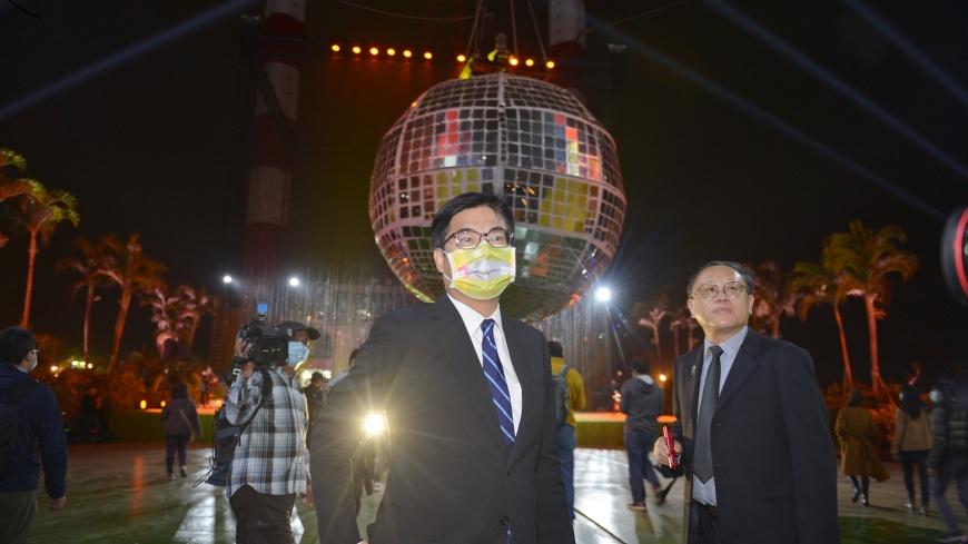 最大鏡球首次升空、夜光如晝照亮百年高雄 陳其邁宣告「海上舞台」正式現身