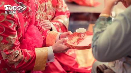 姑嬸逼「磕頭跪拜」 洋派新娘悔嫁台灣尪:都什麼時代了