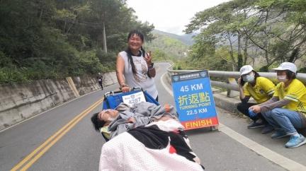 推腦麻兒跑45公里超馬 單親母「活著不為己」惹哭萬人