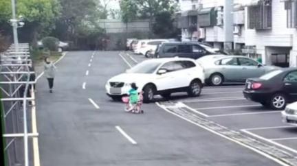逆向轉彎撞飛女童 惡駕駛坐車內反嗆:怎麼當媽的?