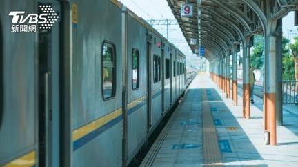 人妻搭火車求換位 暖男聽苦衷秒答應「車頭走到車尾」