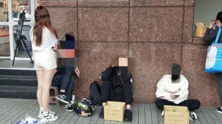 公館捷運站驚見學生擋路乞討 爽滑手機喊「救救曠課兒」