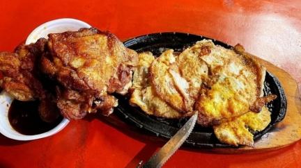 夜市牛排都市傳說「麵換蛋」塞滿鐵板 網嗨喊:吃爆!